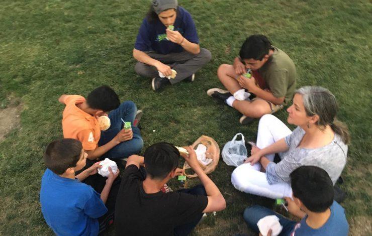 niños en círculo con Carola